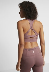 Free People - LIGHT SYNERGY CROP - Light support sports bra - chocolate