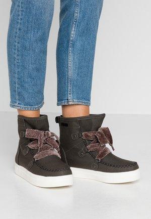 Šněrovací kotníkové boty - dark grey
