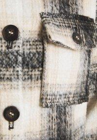 ONLY Petite - ONLLOU SHORT CHECK JACKET - Lett jakke - pumice stone/black - 2