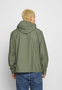 Rains - SHORT HOODED COAT UNISEX - Veste imperméable - olive - 2