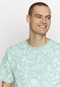 Cayler & Sons - LEAVES WIRES TEE - Print T-shirt - mint - 3