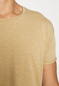 Nudie Jeans - ROGER - Camiseta básica - beige - 7