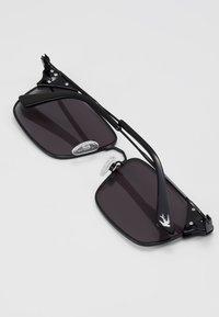 McQ Alexander McQueen - Sunglasses - black/smoke - 2