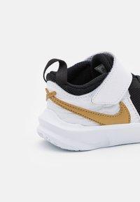 Nike Performance - TEAM HUSTLE D 10 UNISEX - Obuwie do koszykówki - black/metallic gold/white/photon dust - 5