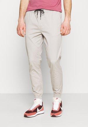 JJIGORDON JJLANE - Trousers - drizzle