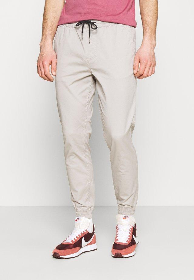 JJIGORDON JJLANE - Pantalones - drizzle
