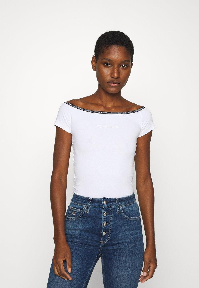Calvin Klein Jeans - LOGO TRIM BARDOT - Print T-shirt - bright white