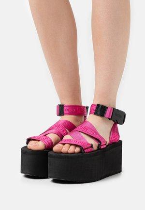 Platform sandals - lampone