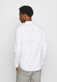 TOM TAILOR DENIM - ALLOVER PRINTED STRETCH SHIRT - Shirt - white - 2