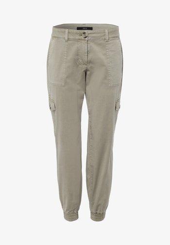 MIT KLAPPENTASCHEN 28 INCH - Cargo trousers - sage