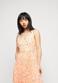 Forever New Petite - PLEATED MAXI DRESS - Sukienka koktajlowa - orange - 3