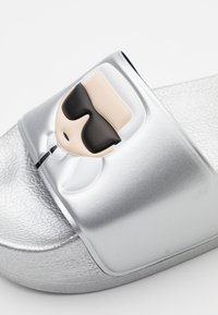 KARL LAGERFELD - KONDO MAXI IKONIC PLATFORM SLIDE - Pantolette flach - silver - 4