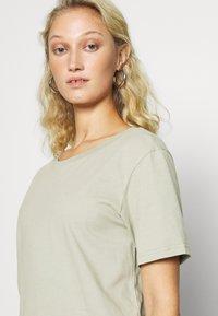 Zign - Botanical dyed top - Basic T-shirt - olive - 4