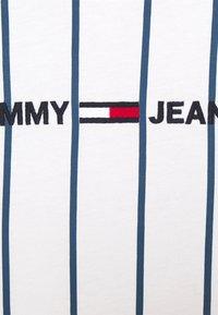 Tommy Jeans - VERTICAL STRIPE LOGO TEE UNISEX - T-shirt imprimé - white/audacious blue - 2