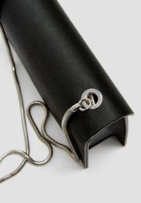 PULL&BEAR - SCHWARZE UMHÄNGETASCHE 14015540 - Across body bag - black - 4