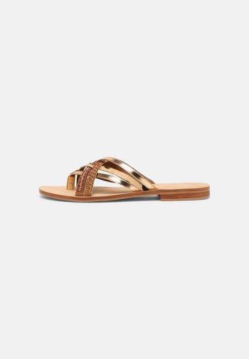 INOU - Sandály s odděleným palcem - camel/multi