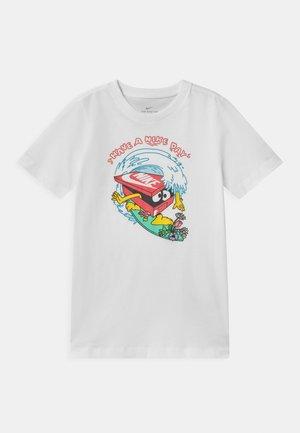 DAY WAVE UNISEX - T-shirt z nadrukiem - white