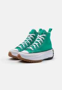 Converse - RUN STAR HIKE PLATFORM UNISEX - High-top trainers - court green/white - 1