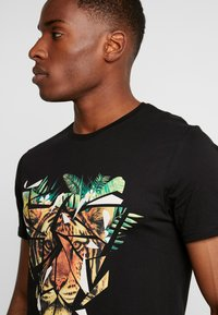 Pier One - T-shirt con stampa - black