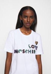 Love Moschino - T-shirt imprimé - white - 3