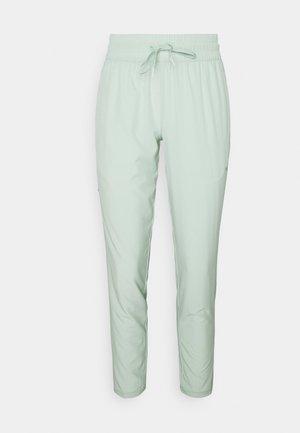 STUDIO TAPERED PANT - Teplákové kalhoty - frosty green