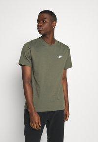 Nike Sportswear - CLUB TEE - T-shirt - bas - twilight marsh/white - 0