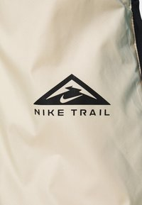 Nike Performance - TRAIL WINDRUNNER  - Chaqueta de deporte - solar flare/beach/laser blue/reflective silver - 6