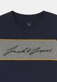 Jack & Jones Junior - JORHIKARI CREW NECK - Print T-shirt - navy blazer - 2