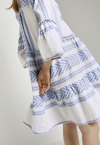 TOM TAILOR - MIT VOLANTS - Day dress - white blue large ikat design - 4