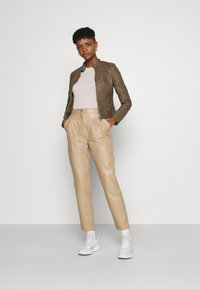 Vero Moda - VMLOVECINDY COATED JACKET - Giacca in similpelle - bungee - 1