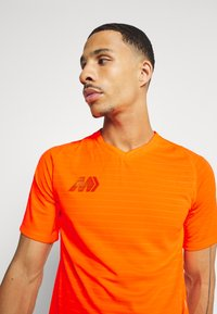 Nike Performance - DRY - T-shirt print - total orange - 3