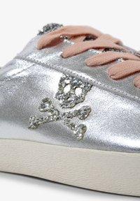Scalpers - LIA - Sneakersy niskie - metal - 7