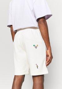 adidas Originals - FLORAL UNISEX - Shorts - off-white - 6