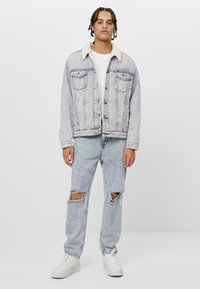 Bershka - MIT LAMMFELLIMITAT  - Denim jacket - grey - 1