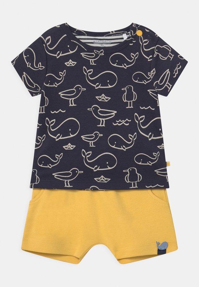 SET - T-shirt con stampa - dark blue/yellow