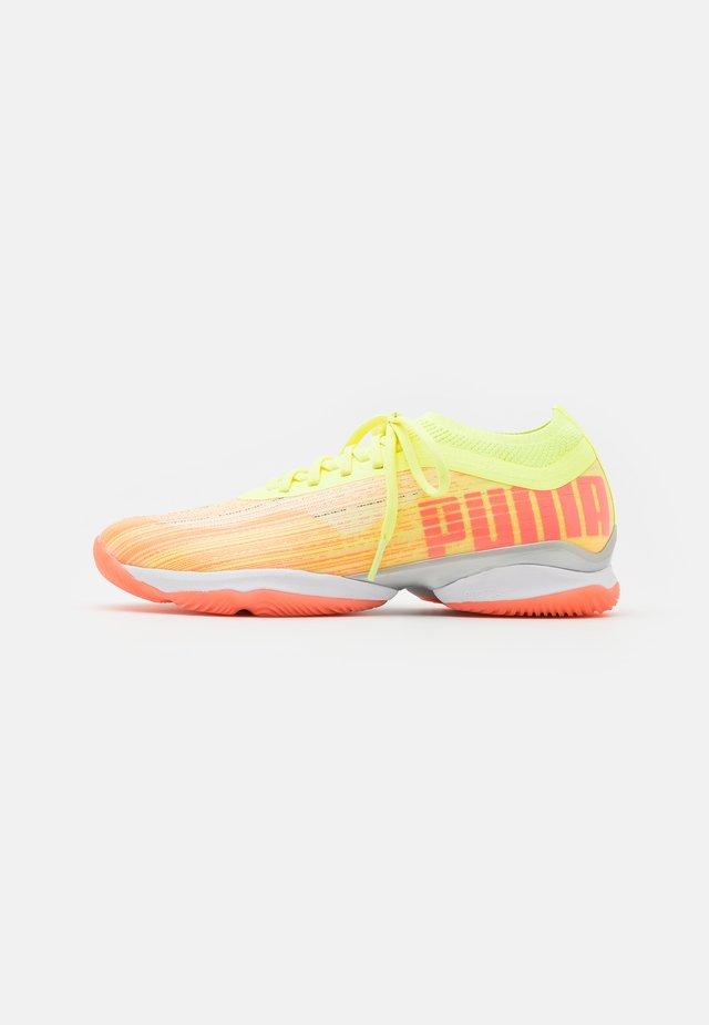 ADRENALITE 1.1 - Obuwie do piłki ręcznej - energy peach/fizzy yellow