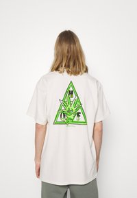 HUF - BUDDY TEE - Print T-shirt - natural - 2