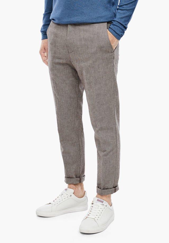 MIT HERRINGBONE-STRUKTUR - Suit trousers - brown dobby