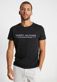 Tommy Hilfiger - ESSENTIAL TEE - Print T-shirt - black - 0