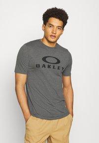 Oakley - BARK - Print T-shirt - new athletic grey - 0