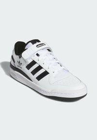 adidas Originals - FORUM LOW UNISEX - Sneakersy niskie - white/core black - 2