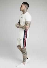 SIKSILK - Shorts - off white - 1
