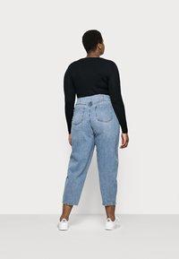 Vero Moda Curve - VMIDA BARREL CUTLINE - Relaxed fit jeans - light blue denim - 2