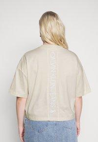 Calvin Klein Jeans Plus - OVERSIZED TEE - Camiseta estampada - soft cream - 3