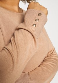 Dorothy Perkins Curve - BUTTON CUFF JUMPER - Sweter - camel - 5