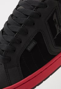 Etnies - METAL MULISHA FADER 2 - Obuwie deskorolkowe - black/red - 5