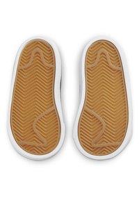 Nike Sportswear - BLAZER LOW '77 BT - Sneakers laag - white/black team orange - 4