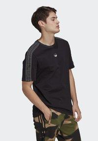 adidas Originals - STRIPE UNISEX - T-shirt med print - black/chalk white - 2