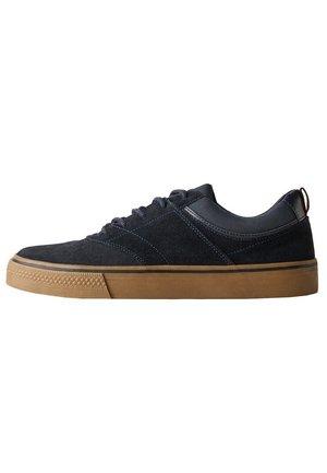 SNEAKER-SCHUH AUS RAULEDER - Sneakersy niskie - nachtblau