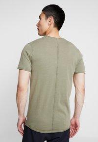 Jack & Jones - JORPEAKS TEE CREW NECK - T-shirt - bas - dusty olive - 2